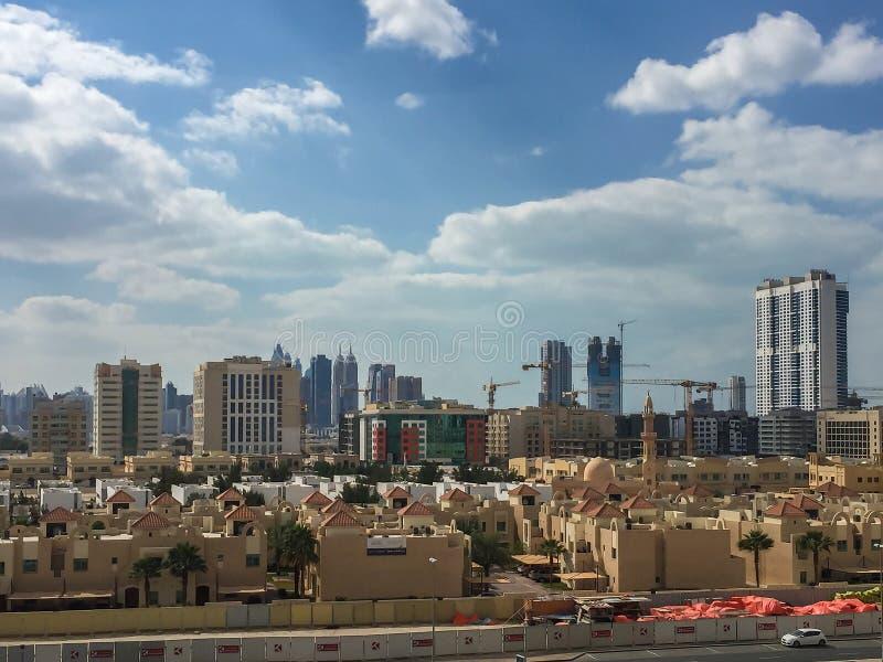 Былинная съемка города на пасмурный день - взгляда Дубай от башни балкона стоковые изображения rf