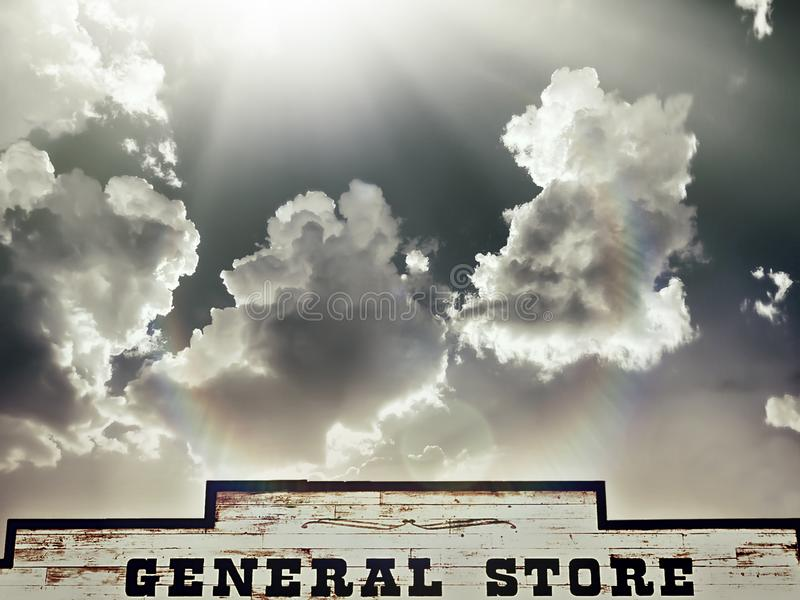 Былинное небо, солнце светит вниз на магазине со смешанным ассортиментом стоковое изображение rf