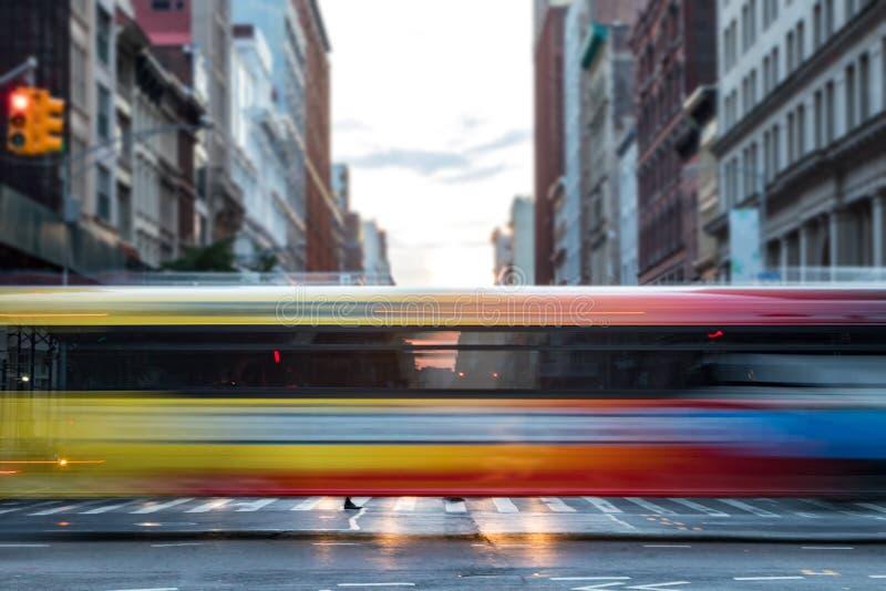 Быстроподвижная шина выходит штриховатости покрашенные радугой в Нью-Йорк стоковое изображение