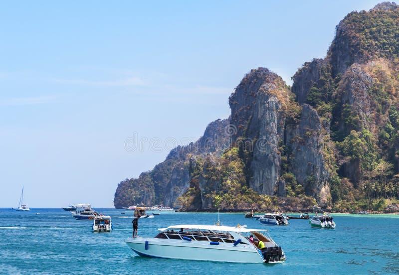 Быстроходные катера и моторки причаленные в море andaman на Phi Phi надевают остров, Таиланд стоковые фото