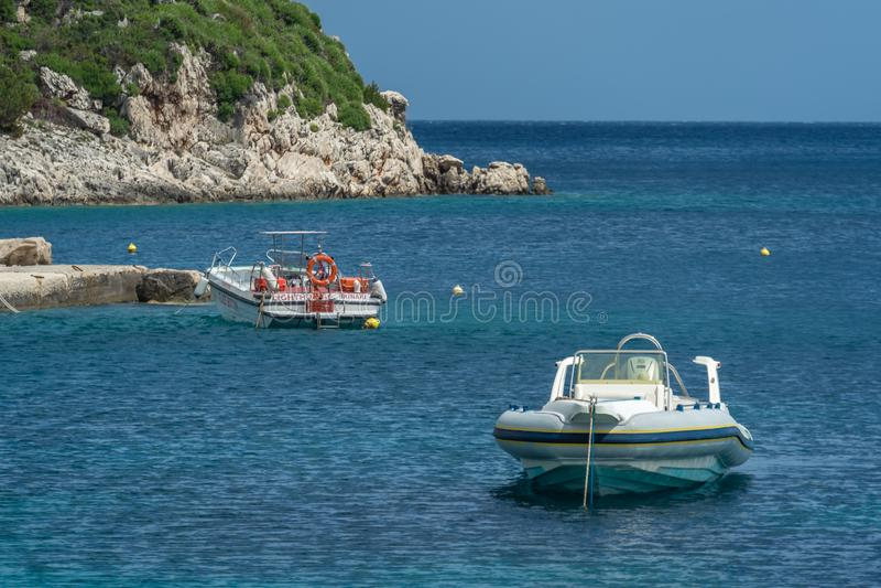 Быстроходные катера на береге в заливе Nikolaos ажио стоковые фотографии rf