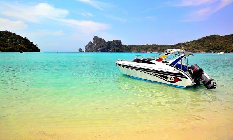 быстроходный катер phi острова стоковые фотографии rf