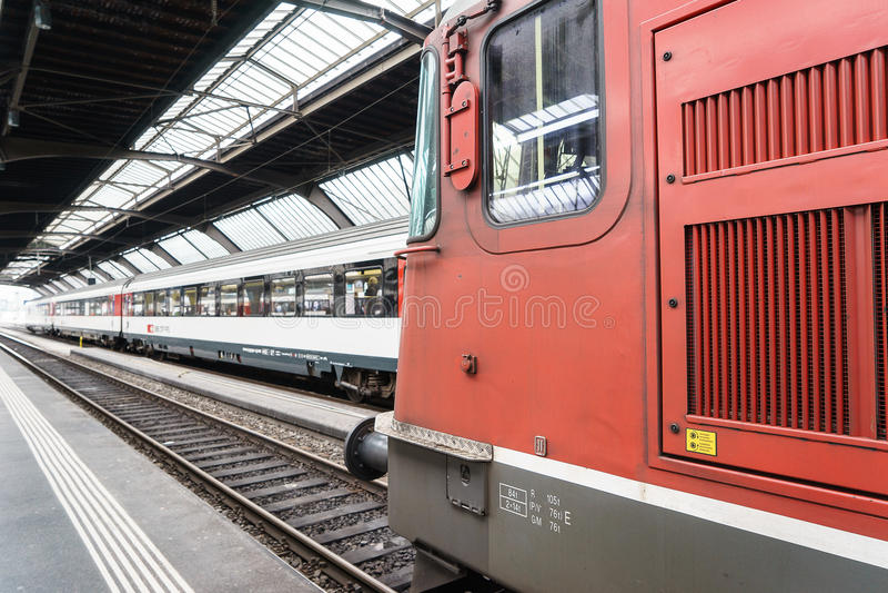 Быстроходный поезд на вокзале HB Цюриха стоковая фотография