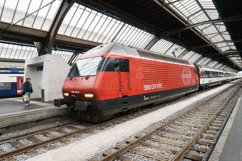 Быстроходный поезд на вокзале HB Цюриха стоковые фото