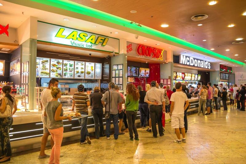 Быстро-приготовленное питание людей покупая стоковое изображение rf