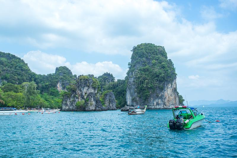 Быстро пройдите шлюпки в море около пляжа Rairay в провинции Krabi Таиланде стоковое изображение rf