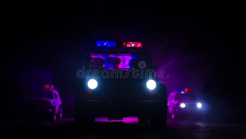 быстро пройдите освещение полицейской машины в ноче на дороге Полицейские машины на дороге двигая с туманом Селективный фокус гон стоковое фото