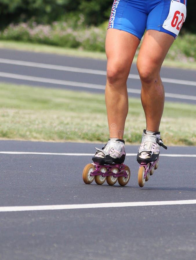 Быстро пройдите последовательно катаясь на коньках конспект коньков и конькобежца стоковые изображения rf