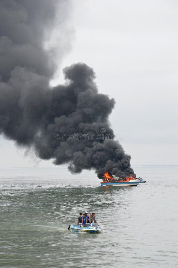 Быстро пройдите шлюпка на огне в Tarakan, Индонезии стоковое изображение