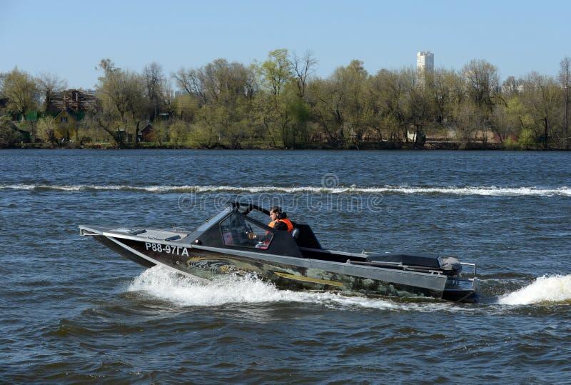Быстро пройдите ka-Khem 665 шлюпки на реке Москве стоковое фото rf