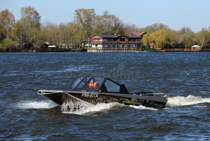 Быстро пройдите ka-Khem 665 шлюпки на реке Москве стоковое фото