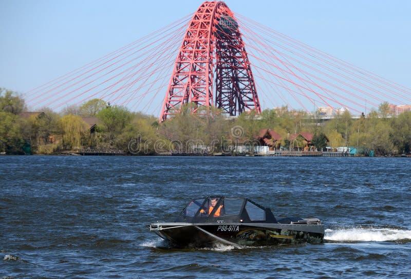 Быстро пройдите ka-Khem 665 шлюпки на реке Москве стоковые изображения rf