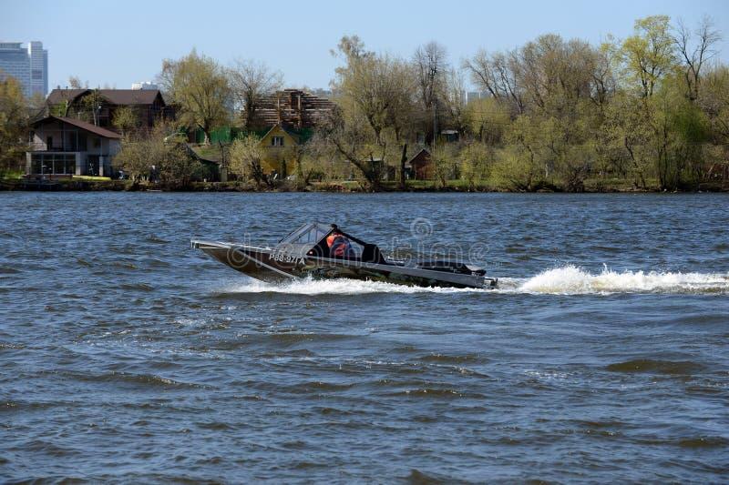 Быстро пройдите ka-Khem 665 шлюпки на реке Москве стоковое изображение rf