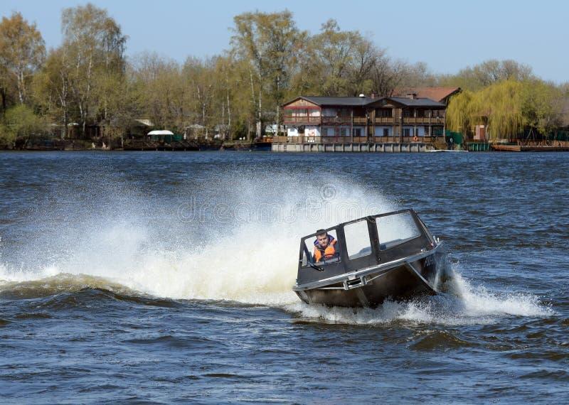 Быстро пройдите ka-Khem 665 шлюпки на реке Москве стоковая фотография rf