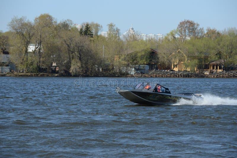 Быстро пройдите ka-Khem 730 шлюпки на реке Москве стоковые фотографии rf