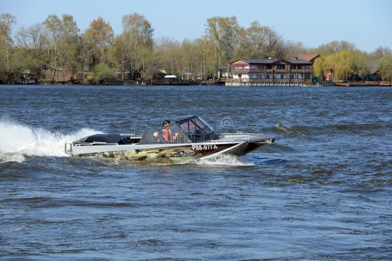 Быстро пройдите ka-Khem 665 шлюпки на реке Москве стоковые изображения