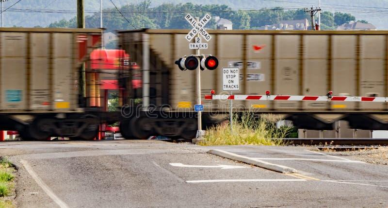 Быстро проходя железнодорожные автомобили стоковая фотография