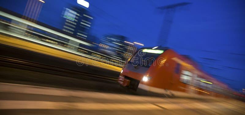 быстро проходя пассажирский поезд в вечере стоковое изображение