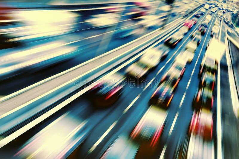 Быстрые автомобили на шоссе стоковые изображения rf