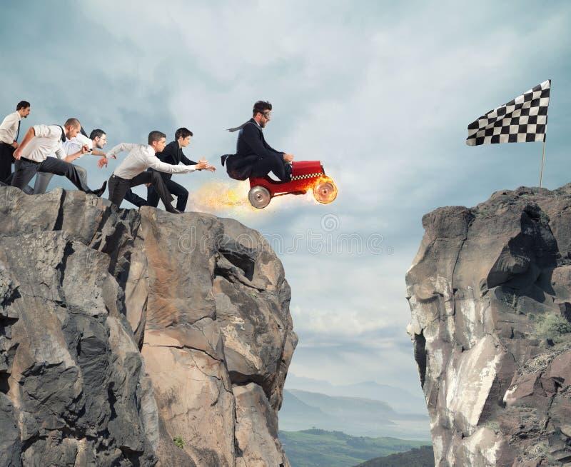 Быстрый бизнесмен с автомобилем выигрывает против конкурентов Принципиальная схема успеха и конкуренции стоковые фото