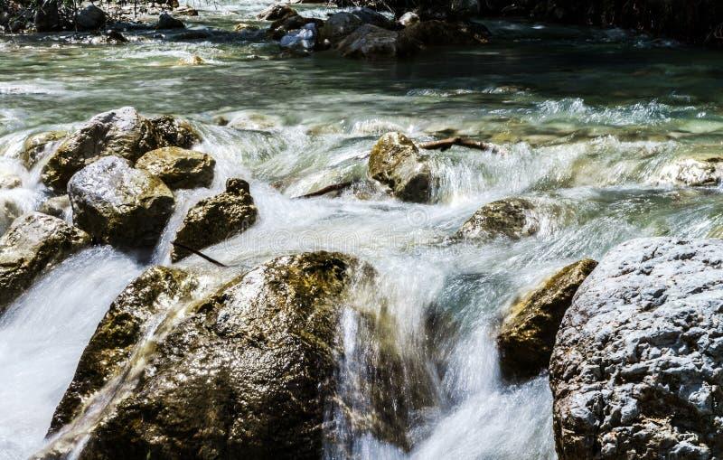 Быстрый поток гор стоковые фотографии rf
