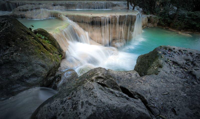 Быстрый поток реки горы с холодным ходом свежей воды стоковые изображения