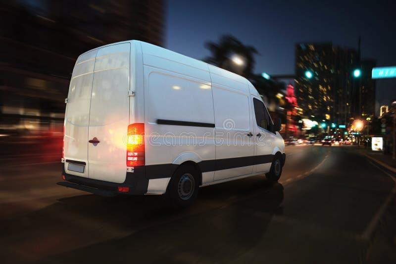 Быстрый фургон на дороге города поставляя на ноче перевод 3d стоковое фото