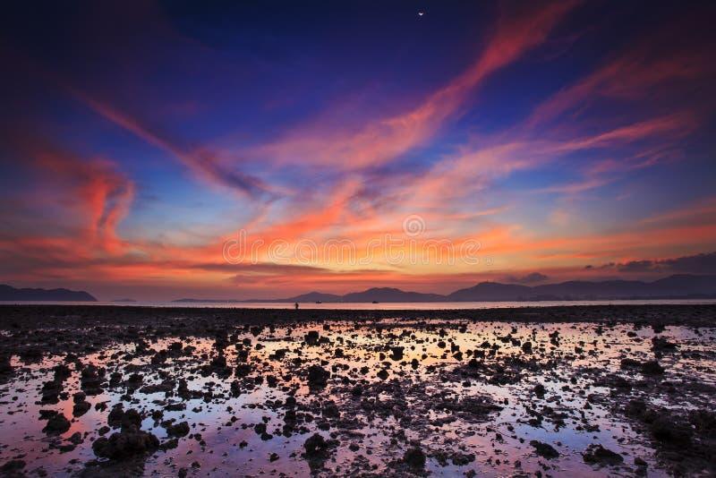 Заход солнца на молчком пляже стоковая фотография rf