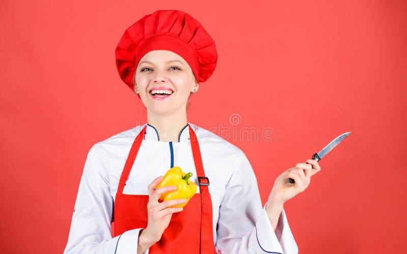 Быть осторожным пока отрезанный Шеф-повар отрезал овощи Нож владением шеф-повара женщины острый Пути прервать еду как pro Концепц стоковая фотография rf