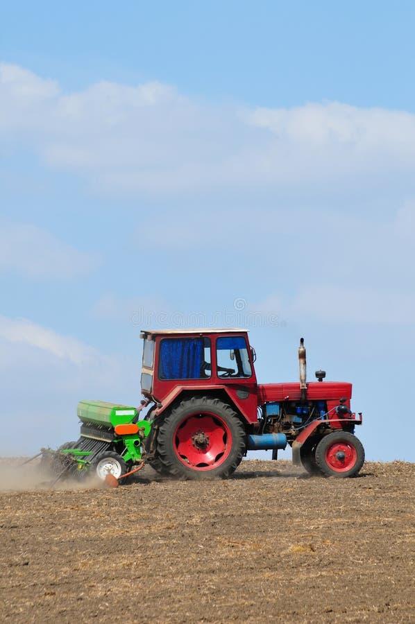 быть фермером вспахивающ трактор стоковые фотографии rf