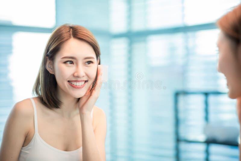 Бюварная бумага масла пользы женщины стоковое изображение