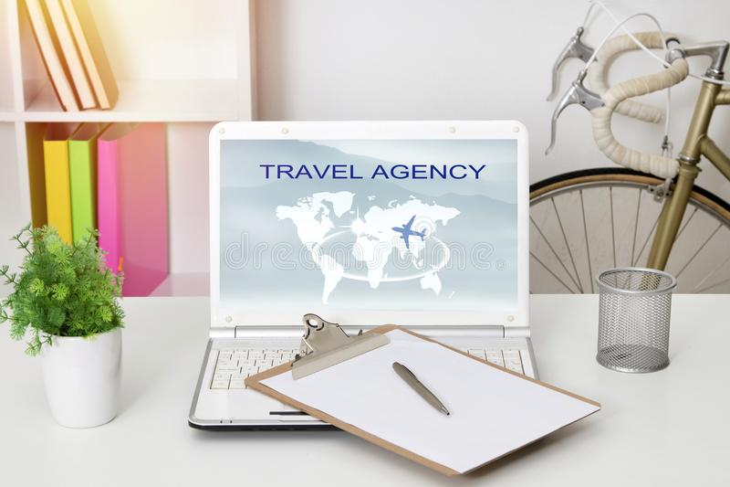 Бюро путешествий онлайн стоковое фото
