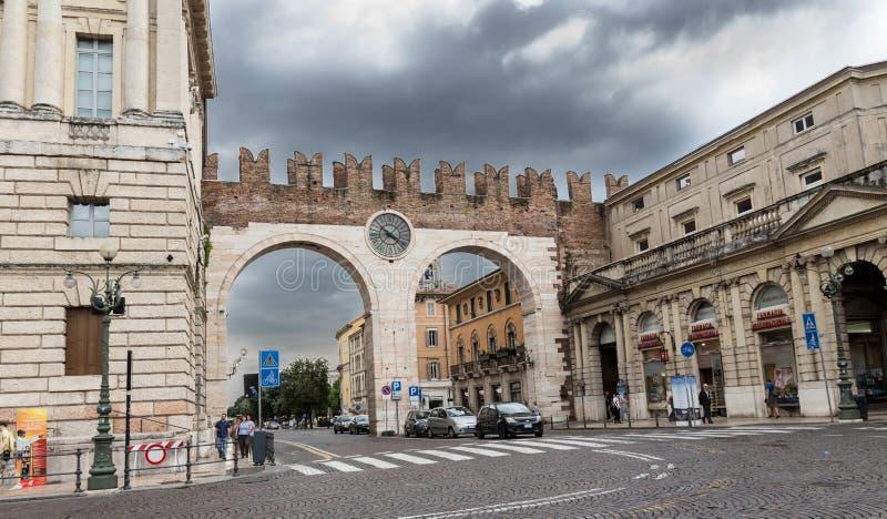 Бюстгальтер della Portonni, стробы к бюстгальтеру аркады с большими часами Италия verona стоковые фотографии rf