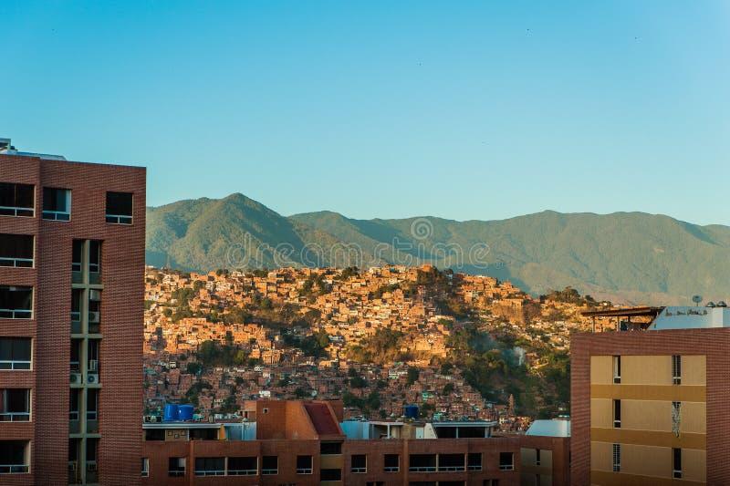 Благоустраивайте взгляд города Каракаса во время захода солнца с голубым небом и Авила стоковое фото rf