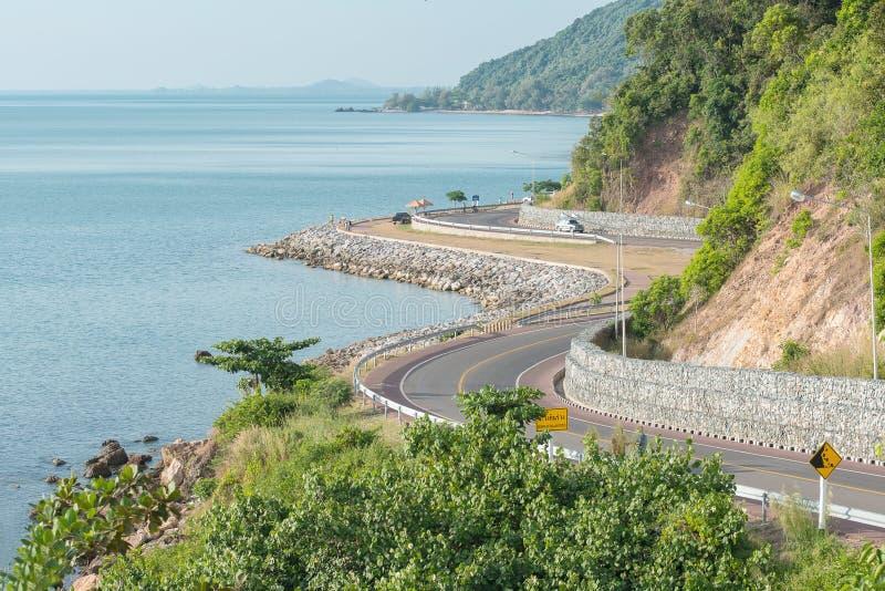 Благоустраивайте взгляд моря и изогните дорогу в Chantaburi, Таиланде стоковая фотография rf