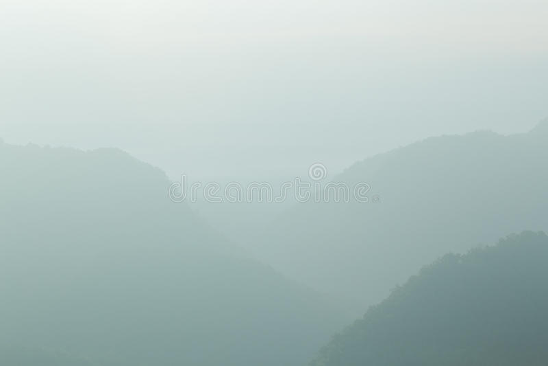 Благоустраивайте гору и туман на горе утра, мягком свете Backg стоковая фотография