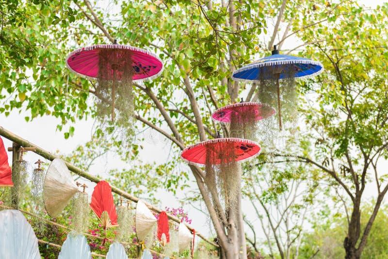 Благоустраивать с зонтиком и испанским мхом стоковые изображения