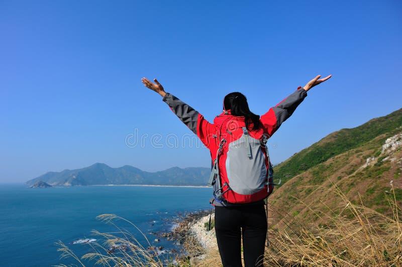 Благодарная пешая гора взморья женщины стоковые фотографии rf