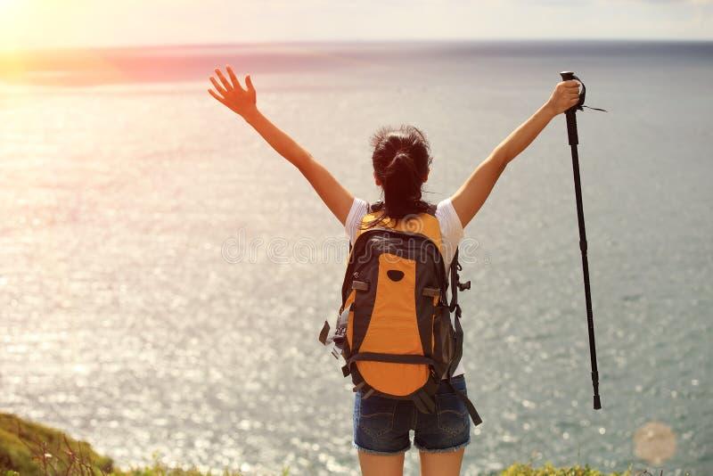 Благодарная пешая гора взморья женщины стоковая фотография