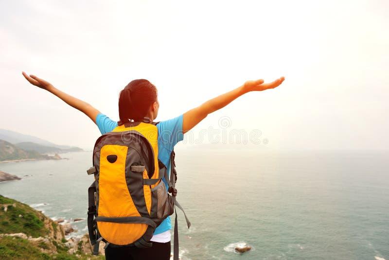 Благодарная пешая гора взморья женщины стоковые изображения