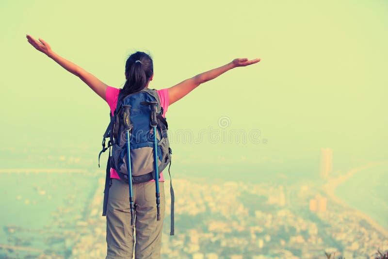Благодарная пешая гора взморья женщины стоковое фото
