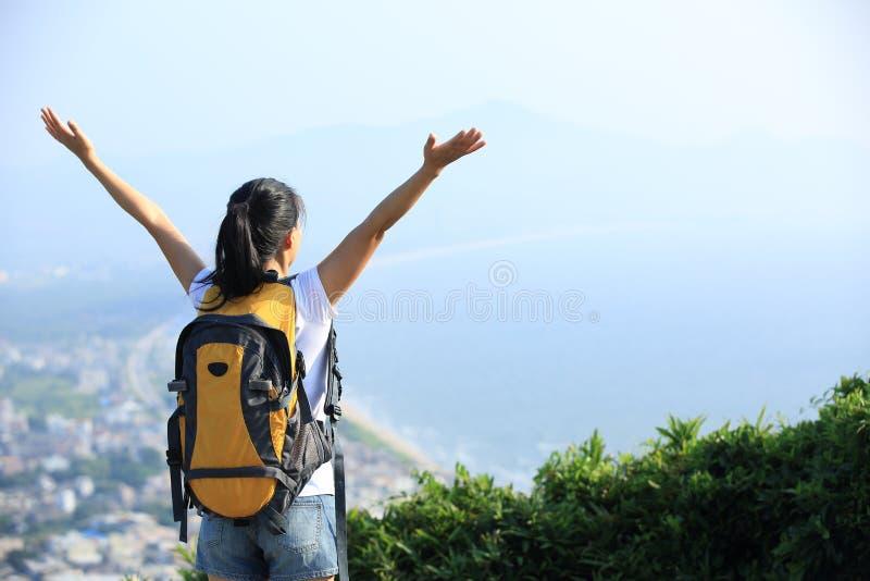 Благодарная пешая гора взморья женщины стоковое изображение rf