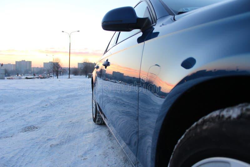 Блеск солнца воска краски военно-морского флота Audi a4 b8 голубой в снеге стоковое изображение rf