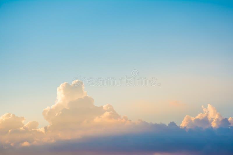 Блеск луча Солнця через темное облако в небе стоковые фото