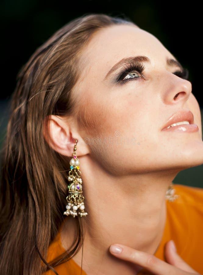 Блестящая женщина при состав смотря вверх стоковые фото