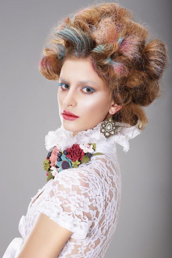 Блестящая женщина с стилизованным вычурным Coiffure стоковое фото rf