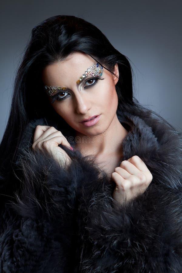 Блестящая кавказская женщина с пальто и ювелирные изделия макетируют стоковая фотография