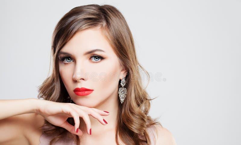 Блестящая фотомодель девушки с красными губами и ногтями стоковые изображения