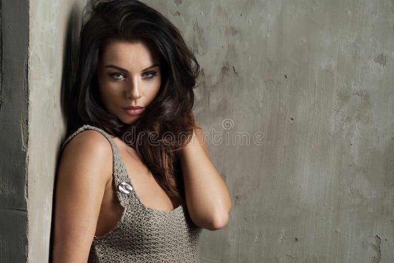 Блестящая curvy женщина брюнет стоковые фото