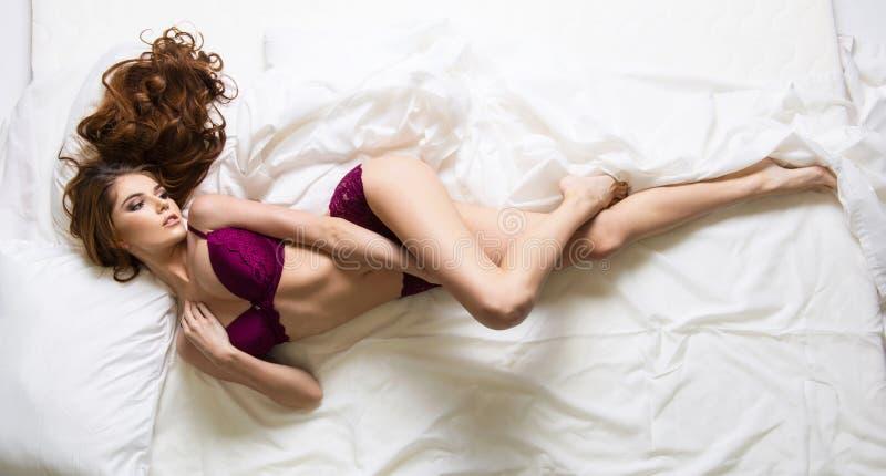 Блестящая curvy женщина брюнет стоковая фотография rf